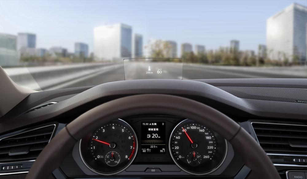 车型:全新上汽大众途观L 智能驾驶等级:L2 智能操作系统:MIB多媒体交互系统 智能配置:自适应巡航、车道偏离辅助、预碰撞保护、碰撞警告、疲劳监测、自动泊车、语音控制、Carplay手机映射 当途观L这个名字第一次出现在我眼前的时候,我最先关注的就是那个L的后缀。 近年来,中国消费者求大的喜好让很多厂商都选择了跟进。轿车加L,MPV加L,现在就连SUV终于也加上了L。 对于上汽大众来说,这并不是第一次为改款车型贴上L的标签。之前,在家用MPV途安全新换代的时候,途安L的名字