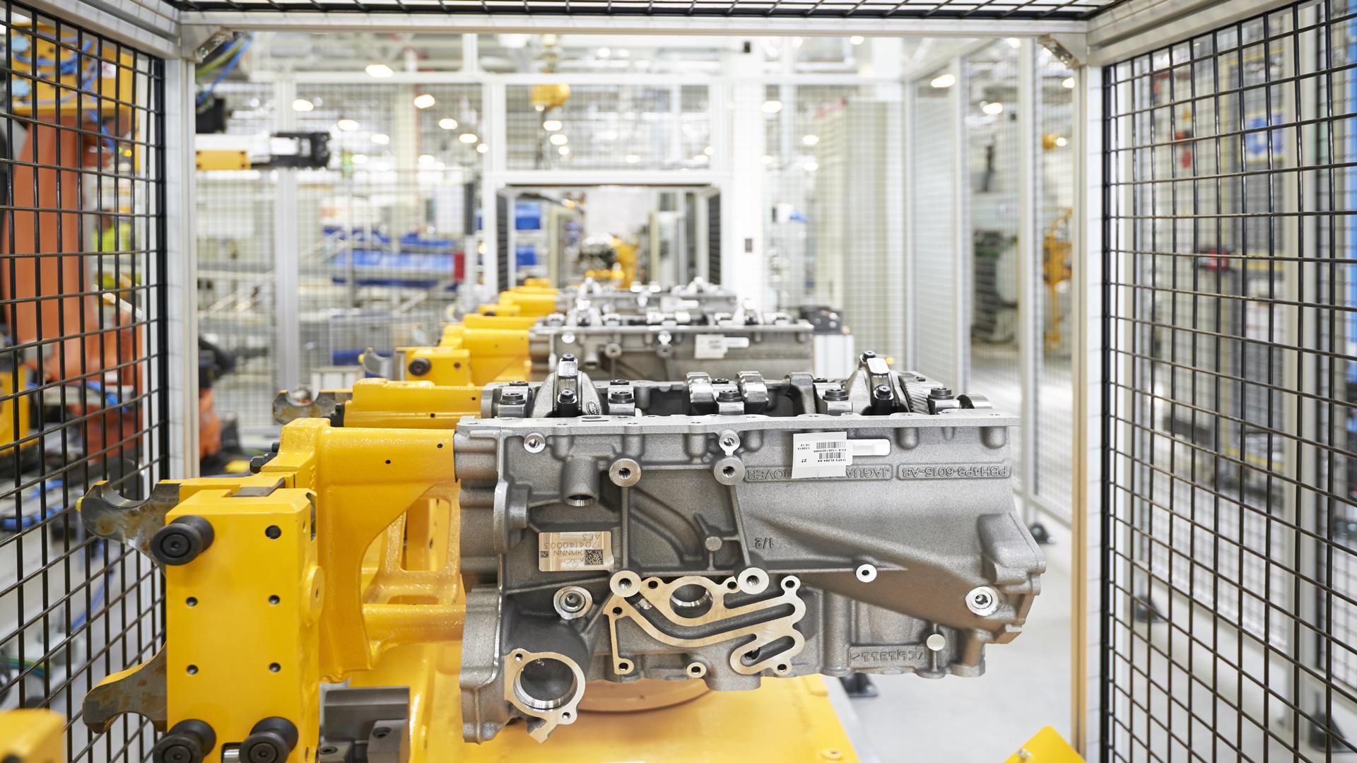 今天捷豹路虎的中国本土化进程再进一步。 占地51,000平方米,初始产能达13万台的奇瑞捷豹路虎全新发动机工厂今天在江苏常熟正式开业。  该厂生产的首款发动机全新Ingenium2.0升四缸发动机将搭载于奇瑞捷豹路虎的未来全系产品上。这是捷豹路虎在英国本土发动机制造中心(EMC)之外首个发动机工厂。  这也是继去年奇瑞捷豹路虎全铝车身工厂投产之后,奇瑞捷豹路虎实现从单纯整车生产到整车及核心零部件生产的重要升级。Ingenium是古拉丁语,意为智能、天才、与生俱来的才华。奇瑞捷豹路虎将这一词语