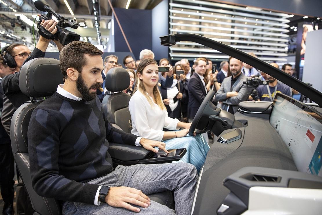 5-1-拜腾现场展示创新前排座舱体验.jpg